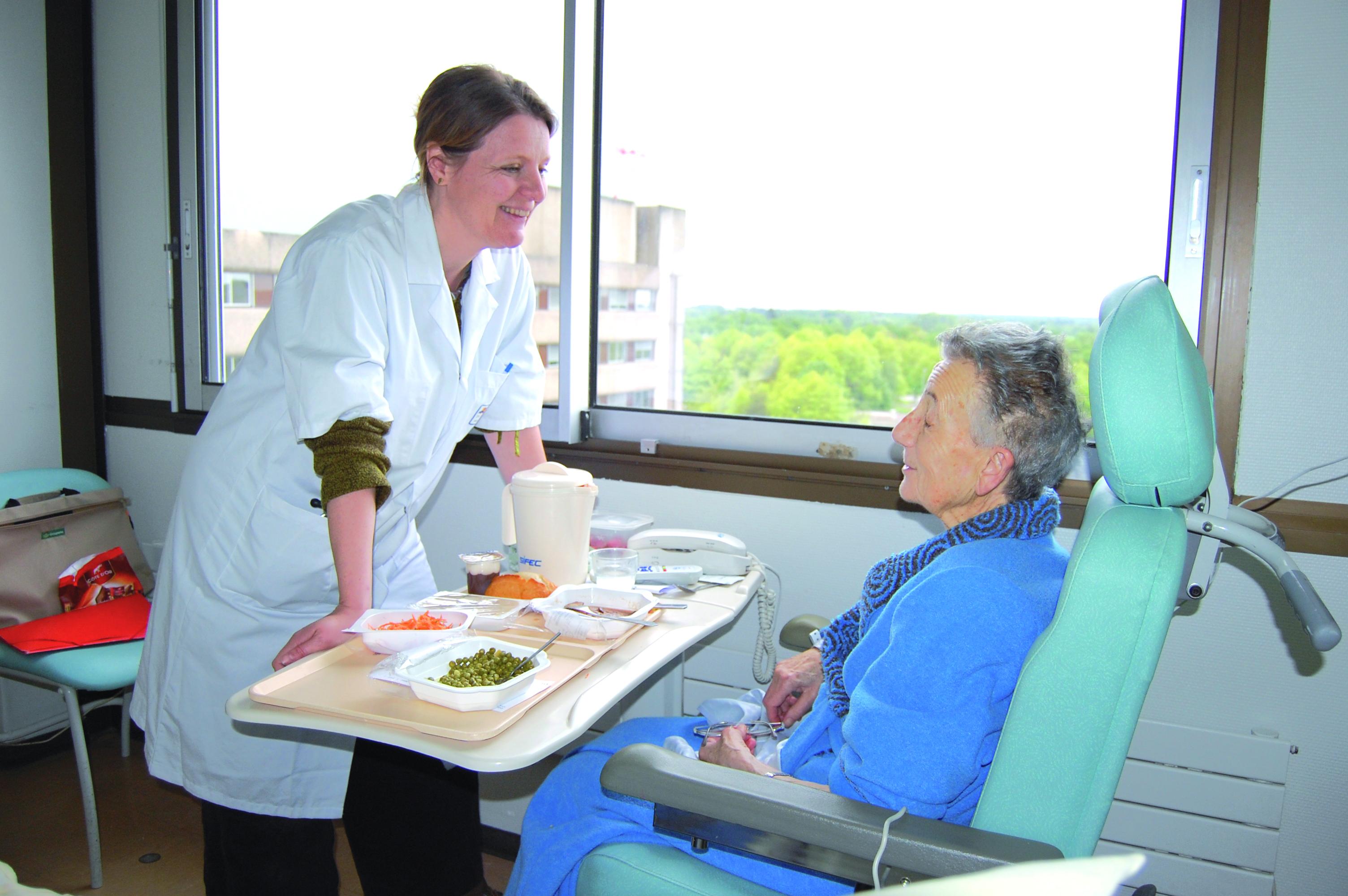 Dr Laure de Decker, oncogériatre, avec une patiente dans une chambre de l'hôpital Nord Laennec