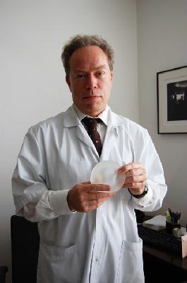 Le Pr Duteille présente une prothèse mammaire