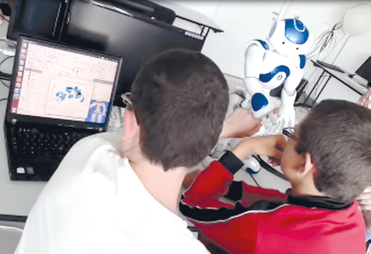 jeunes autistes en train de programmer le robot Nao