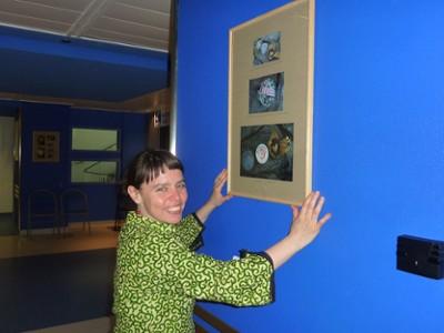 Delphine Soustelle-Truchi installe son exposition permanente d'art postal, don de l'association Artéchéri au CHU de Nantes - visible au 4e étage aile nord de l'hôtel-Dieu