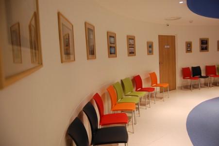 salle d'attente des consultations. Exposition permanente d'art postal, don de l'association Artéchéri au CHU de Nantes - visible au 4e étage aile nord de l'hôtel-Dieu